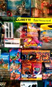 Honteux, lamentable, irresponsable...Cette photo hallucinante de vitrine a été prise l'été dernier à Paris. Pourtant tout le monde peut vendre des cigarettes électroniques aujourd'hui...